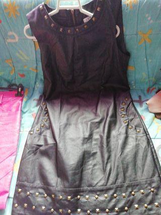 vestido negro con tachuelas de polipiel nuevo