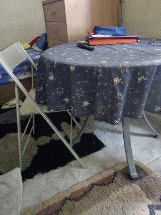 mesa de metal y cristal con 2 sillas plegables