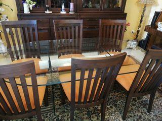 Comedor completo. mesa, sillas y vitrina