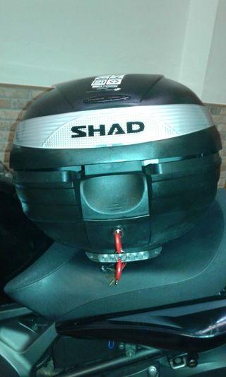 Baúl de moto nuevo shad con luz de frenado