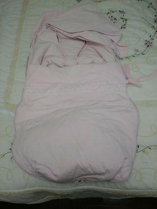 PASITO A PASITO: saco con funda y capota rosa.