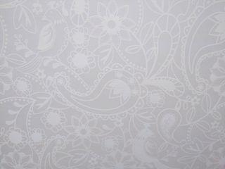 Estores blancos con motivos florales