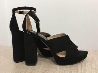 Sandalia negra stradivarius 39