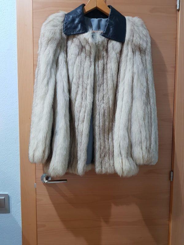 Abrigos de piel de zorro y astracan