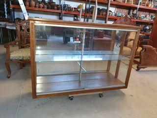 antigua vitrina de cristal y madera de haya