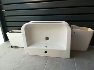 Dos lavabos suspendidos marca Porcelanosa.