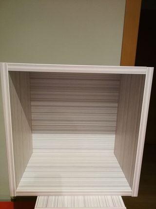 Dos estanterías en forma de cubo
