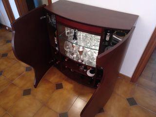 Mueble bar de madera con luz