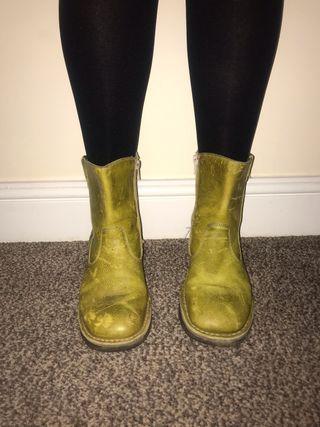 Oxygen boots size 4