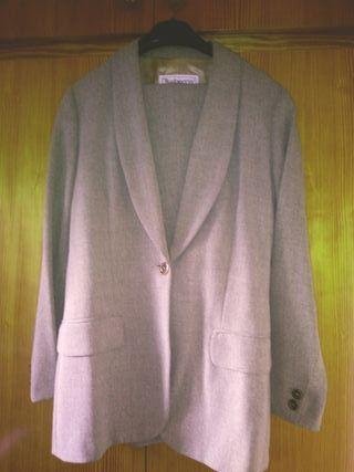 traje de chaqueta corte clasico.