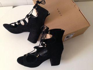 Sandalias negras con cordones y tacón ancho bajo