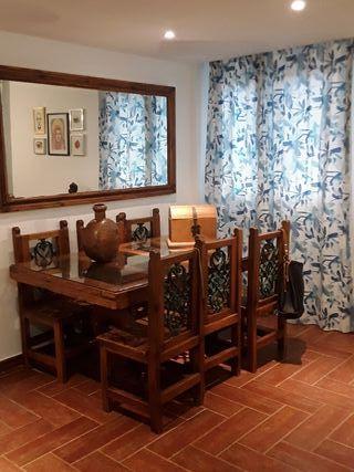 Mesa de comedor, sillas y espejo