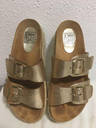 Sandalia con plataforma dorada