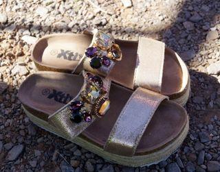 sandalias doradas adornos pedrería, plataforma T36