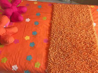 Funda nórdica naranja+alfombra+cojines