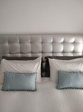 Cabecero de cama capitoné de polipiel color plata