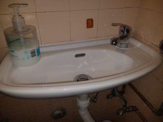 lavabo con grifo