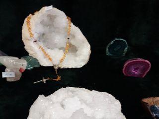 geoda de cuarzo y pájaros tallados en cuarzo