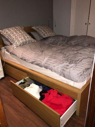 Dormitorio completo, cajoneras, mesillas y comoda.