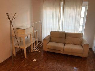 Sofa dos plazas, perchero, mesitas IKEA. Urge!