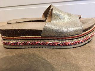Sandalias doradas plataforma detalles étnicos