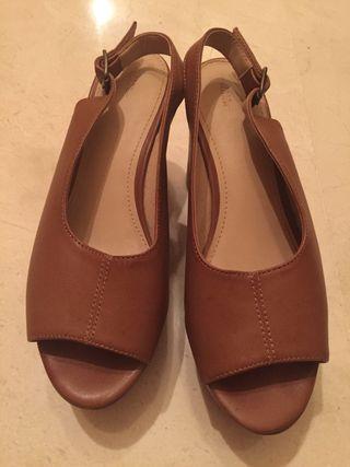 Zapato piel con tacón cuadrado. 38