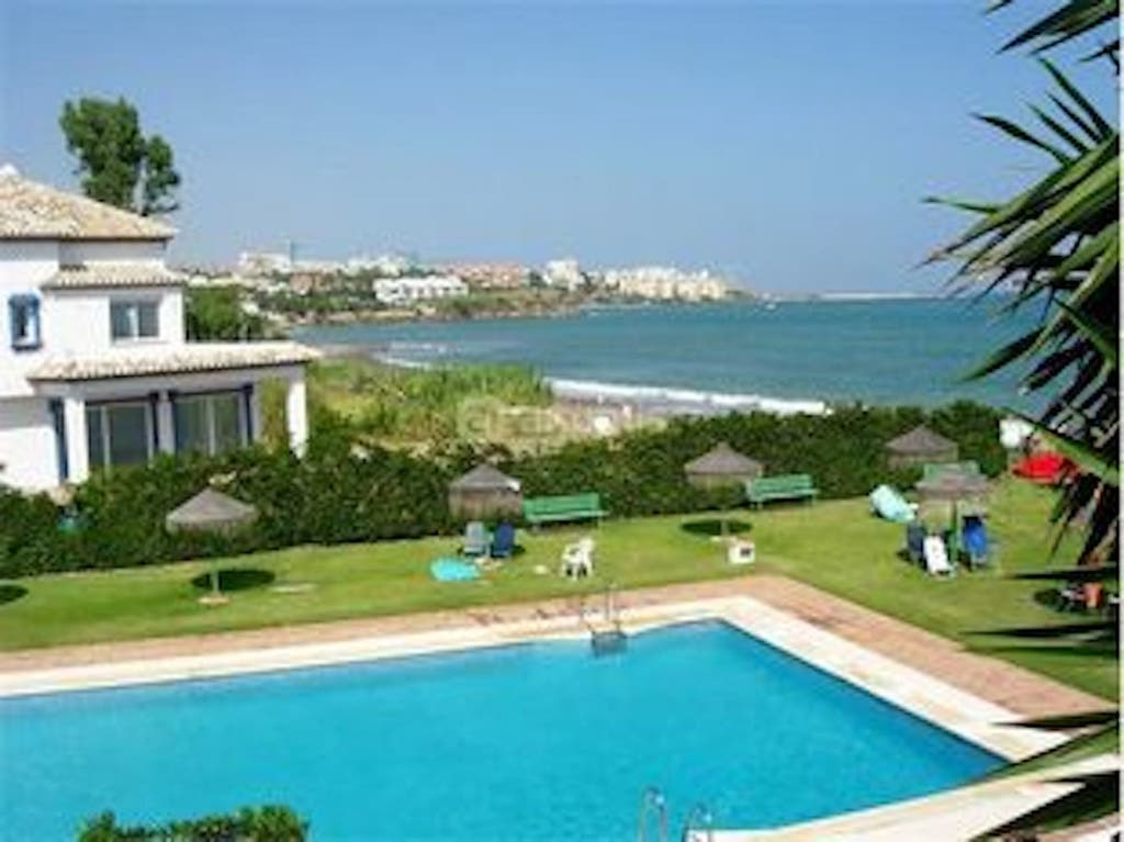 Apartamento 2 + 2 en 1ª linea de playa en Estepona (La Gaspara, Málaga)