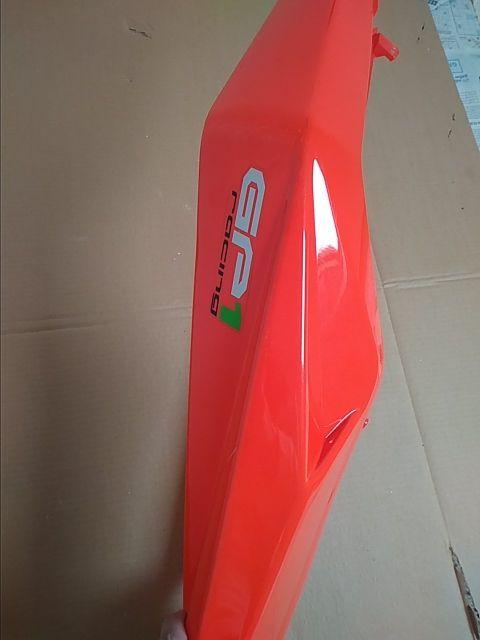 Tapa ( colin rojo fluo) moto derbi Racing Gp1