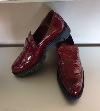 Zapatos de charol granate