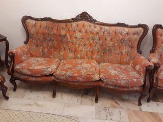 Sofá y dos sillones de madera.