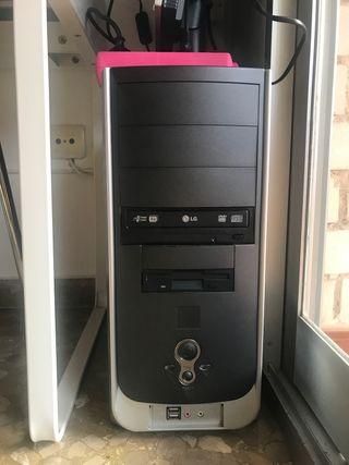Torre de ordenador con pantalla y teclado