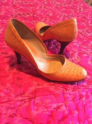 Zapato piel naranja, suela cuero. 37