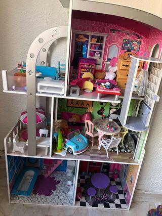 Casa de muñecas con sus mobiliarios