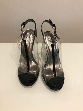 Sandalias de tacón negras y transparentes