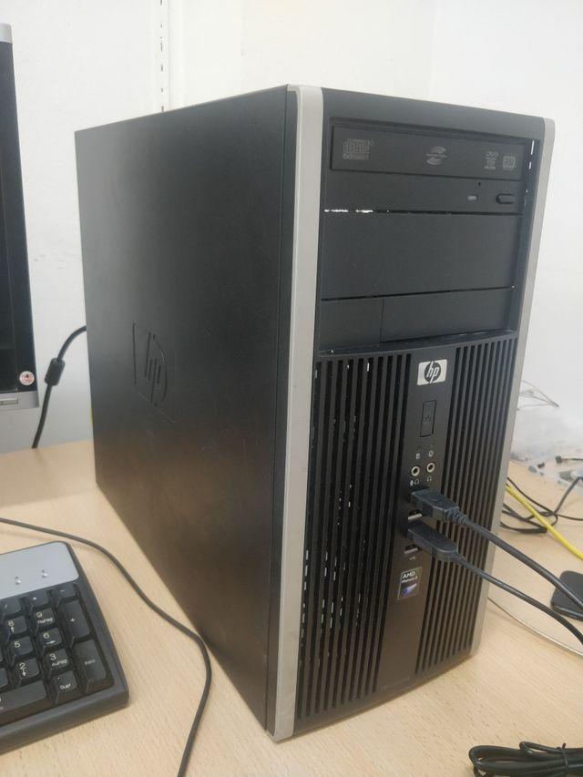 ordenador sobre mesa. hp compaq completo