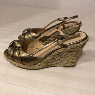 Sandalias cuñas doradas Gloria Ortiz
