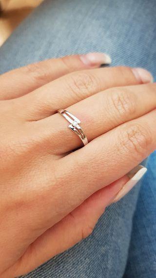 Solitario en oro blanco de 18k con diamante