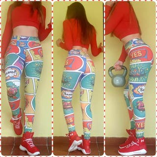 Leggings deporte estampado cómic verde y rojo.