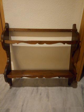 estantería doble de madera con percheros