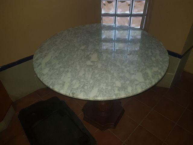 mesa de mármol con pie de madera