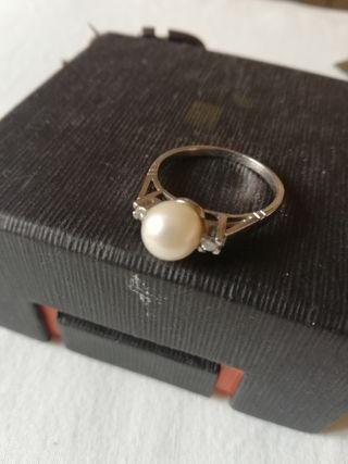 anillo vintage. platino perla y diamantes