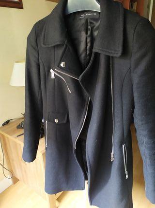 Abrigo negro de Zara