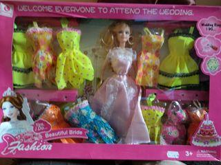 Muñeca con vestidos