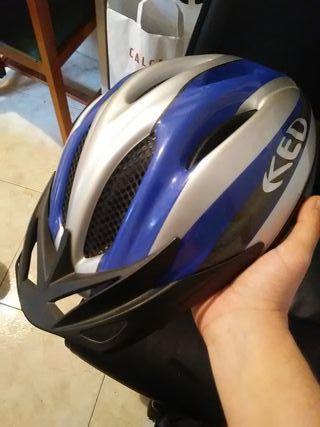 Casco de bicicleta azul y gris