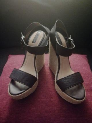 sandalia de cuña stradivarius
