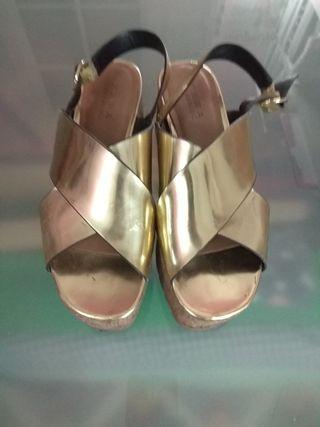 Sandalia plataforma doradas zara