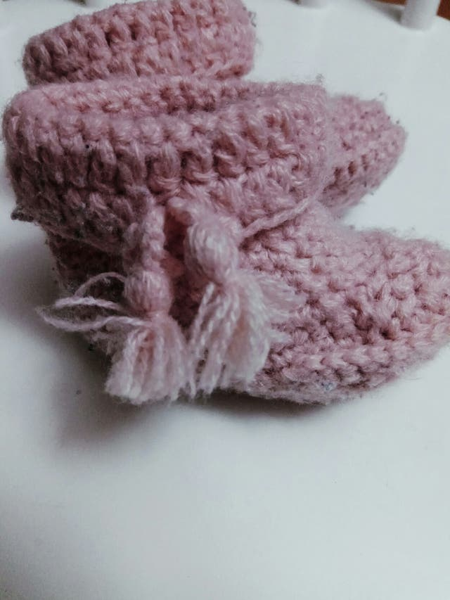 Botitas de lana para bebé. rosa empolvado