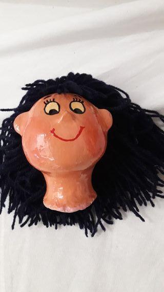 Cabeza niña artesanal papel mache marioneta.