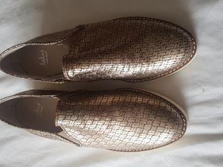 buggies. zapatos dorados.