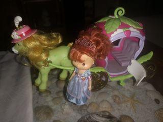 muñeca tarta de fresa y carroza